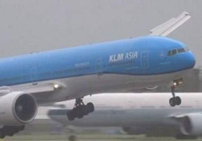 Video del espectacular aterrizaje de un Boeing en medio de una tormenta