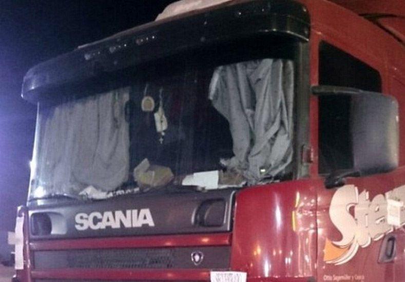 Investigan la muerte de una mujer que cayó de un camión