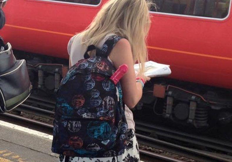 Misterio mundial: ¿qué lleva esta chica en su mochila?