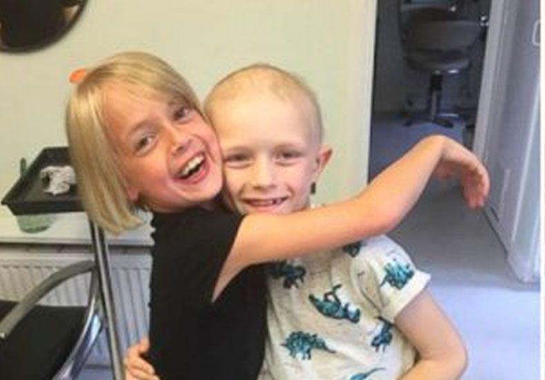 Una chica de 9 años le regaló su pelo largo a un amigo con cáncer
