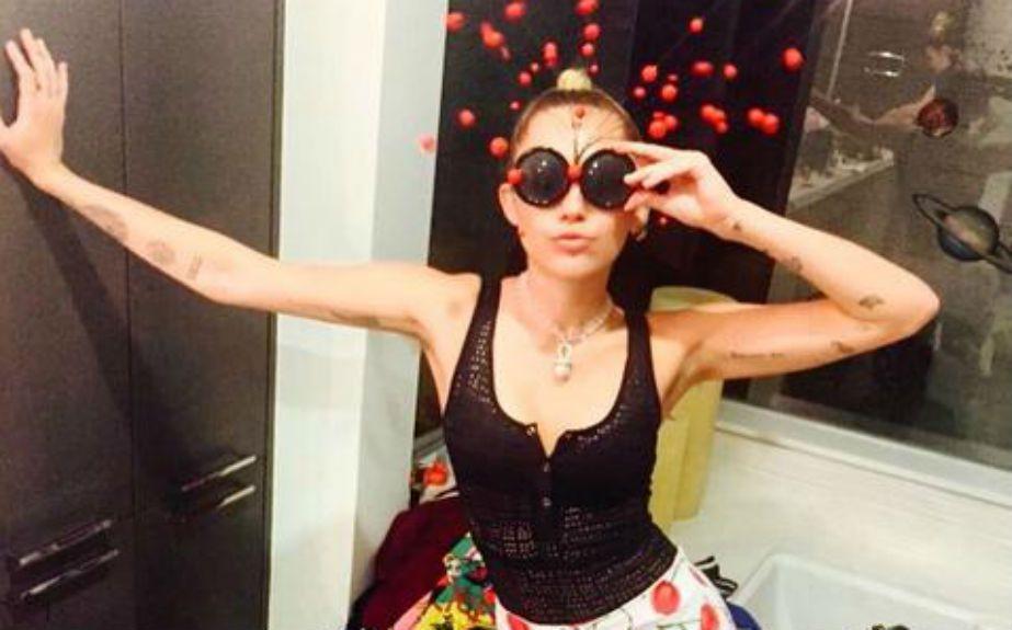 Miley Cyrus mostró el paso a paso de su depilación de axilas