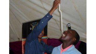 Pastor obligaba a fieles a comer serpientes vivas