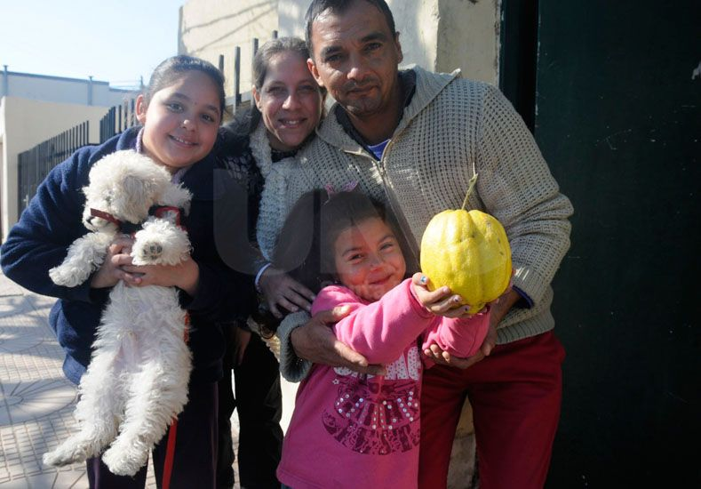 La familia de Matilde mostró el gigante ejemplar del limón. Fotos: José Busiemi / D. UNO