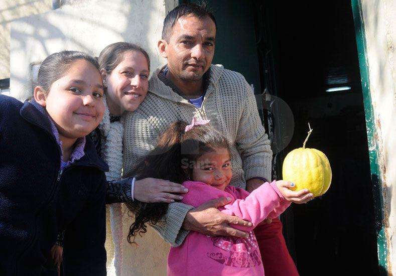 Milagro de la naturaleza: una santafesina encontró un limón gigante que pesa un kilo