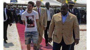 El desalineado look de Lionel Messi en su visita a África