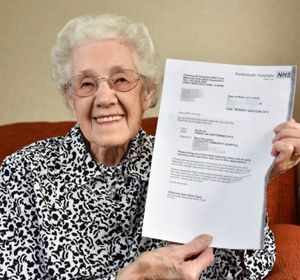 Doris exhibe la carta que le enviaron confirmando su embarazo.