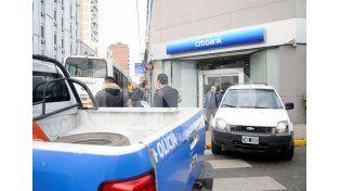 Un colectivo embistió a una camioneta que terminó en la vereda de un banco en pleno centro