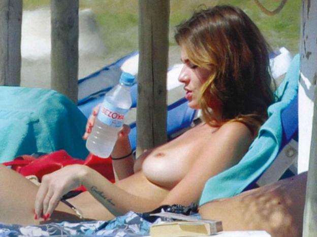 Colaless, sol y topless: el álbum más sexy de la China Suárez