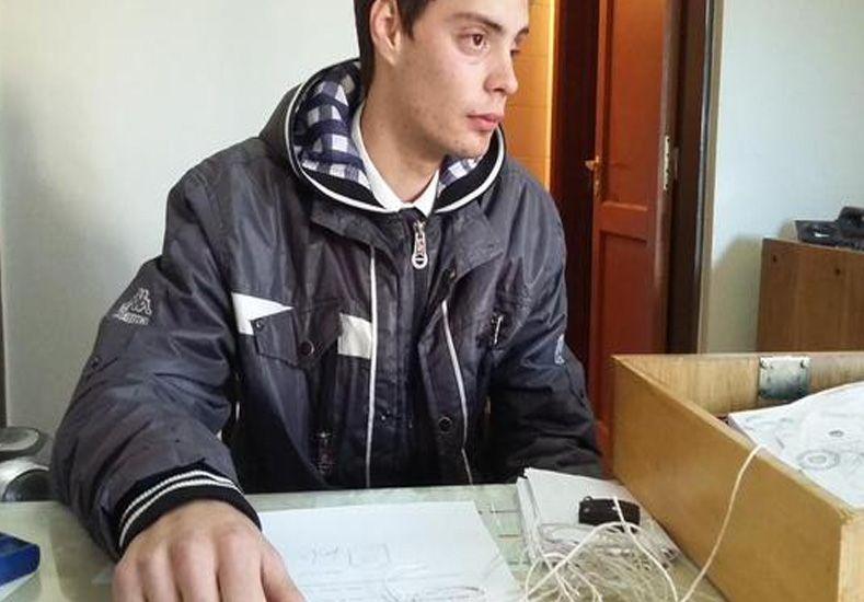 El empleado maniatado por los delincuentes./ gentileza @Veroensinas.