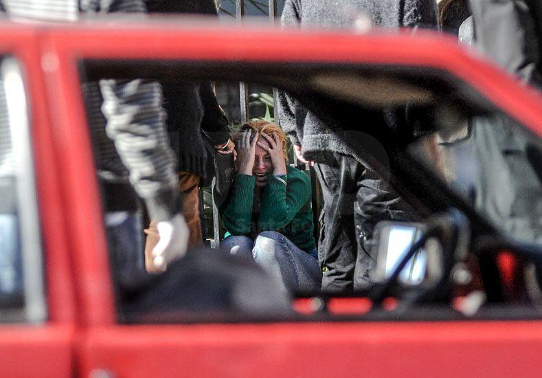 Dolor. Una foto retrata un momento posterior a un asesinato. UNO de Santa Fe/Manuel Testi