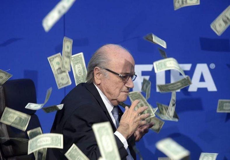 A Joseph Blatter le tiraron una lluvia de billetes antes de que empezara su conferencia