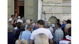 Después de tres semanas, reabrieron los bancos en Grecia, pero se mantiene el corralito