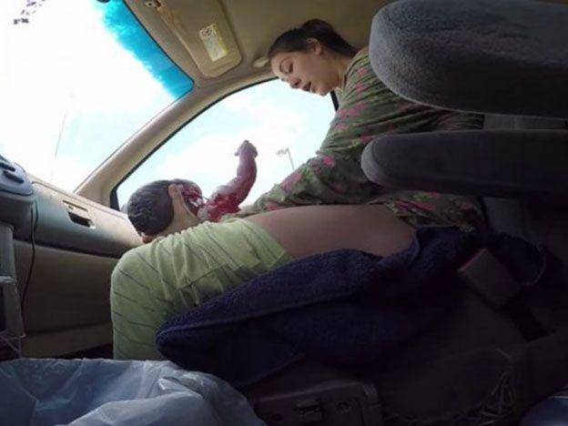 Tuvo un parto en el auto y quedó filmado
