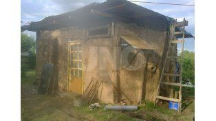Casi lista. Le falta muy poco a la casa de la familia de Meli. Ella y sus hijos aportan en la edificación. Gentileza Voluntarismo Verde