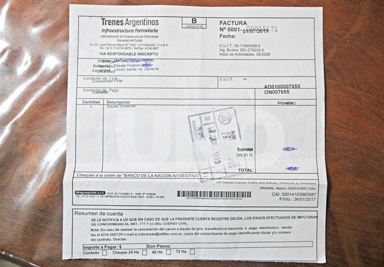 """Factura. Uno de los vecinos exhibió la boleta de pago en """"concepto de alquiler"""" que abona a Adif todos los meses desde el año 97."""