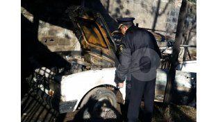 El auto incendiado en barrio Las Flores.