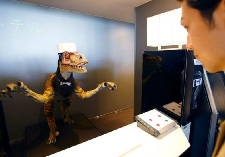 El recepcionista que habla inglés tiene forma de dinosaurio.