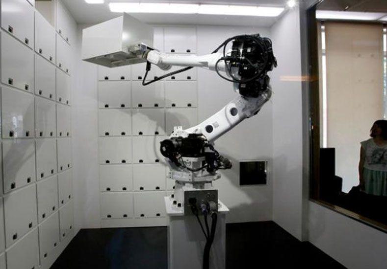 Los objetos de valor de los huéspedes se guardan en cajas fuertes que controla un brazo robótico.