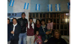 Nereo Fernández y Memo Montero posaron con las madres que trabajan palmo a palmo para y por los chicos.