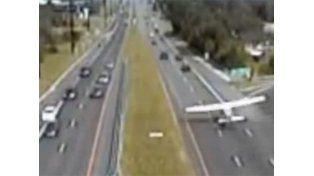 Una avioneta hizo un impresionante aterrizaje en una ruta