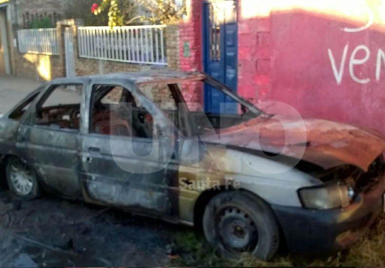 Un nuevo auto quemado durante la madrugada en la ciudad