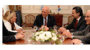 Otros tiempos. Lilita Carrió y el gobernador Antonio Bonfatti dialogan en el marco de una reunión.