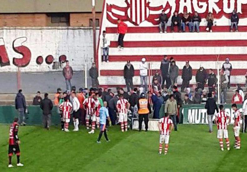 Otro futbolista del ascenso chocó su cabeza contra un paredón