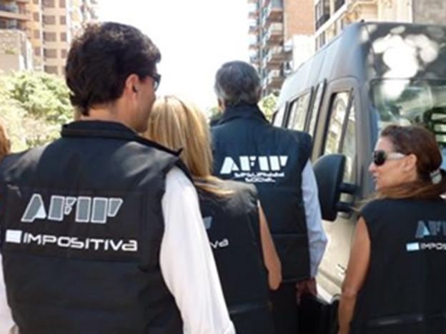 AFIP allanó 64 domicilios de una organización que realizó operaciones ilegales por $15.000 millones