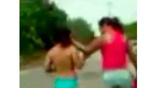 La encontró teniendo relaciones con su marido y la obligó a caminar desnuda por la calle