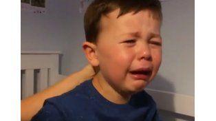El llanto desconsolado de un niño ante la partida de Van Persie al fútbol de Turquía