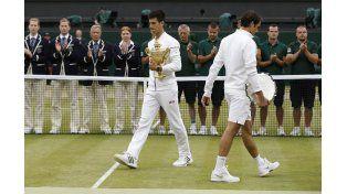 Cruzados. Djokovic y Federer se  cruzan en plena ceremonia de premiación. Como en 2014