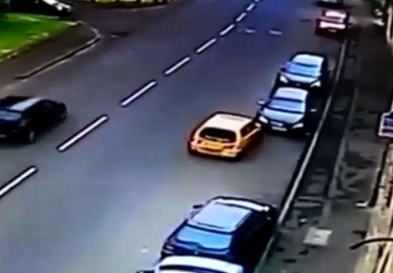 Una cámara captó la peor maniobra para estacionar del mundo