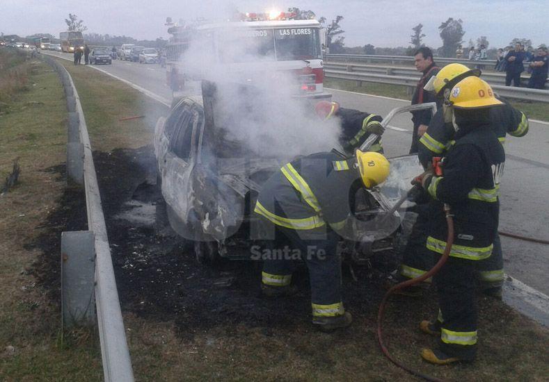 El auto incendiado en Circunvalación y Berutti./ Manuel Testi.