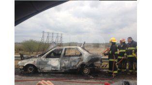 El auto incendiado en Circunvalación y Berutti./ Esteban