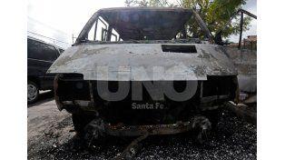 El auto que Peganni y los vecinos lograron separar antes que se prenda fuego./ Mauricio Centurión.