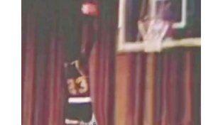 Una reliquia: apareció una volcada inédita de Michael Jordan cuando era estudiante