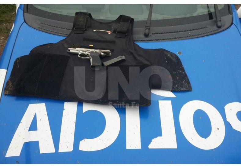 Detuvieron a un joven con un revólver y un chaleco antibalas en Villa del Parque