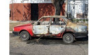Volvieron los quemacoches: esta vez incendiaron un Renault 18 en Sargento Cabral