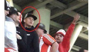 Polémica aparición de Marcos Rojo con la barra brava de su ex club