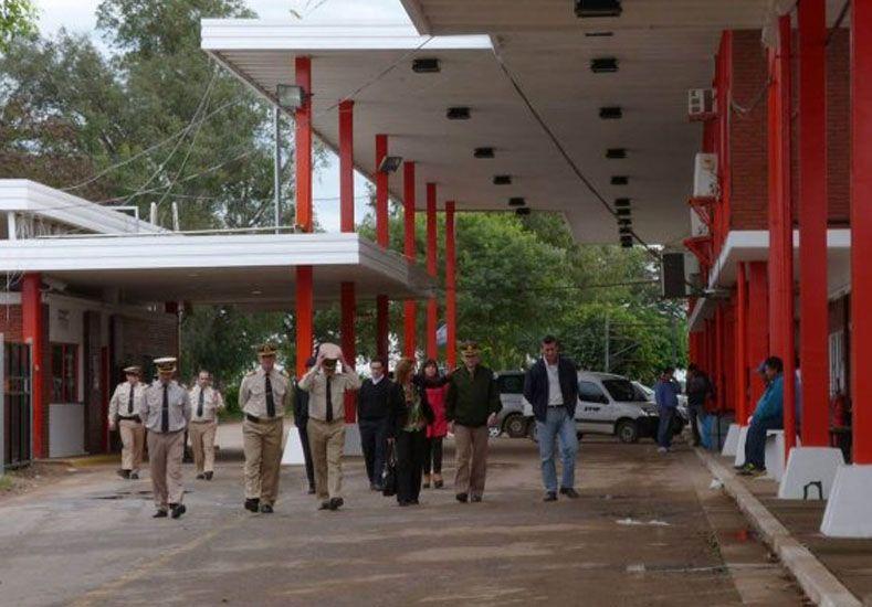 El papa Francisco llega a Paraguay y miles de argentinos cruzan la frontera
