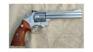 Idéntico. A este revólver calibre 357