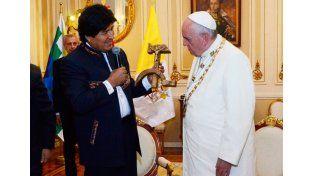 Polémica por el regalo comunista de Evo al Papa
