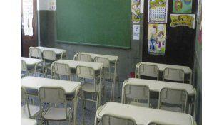 Echaron a una maestra por atar a un alumno al banco