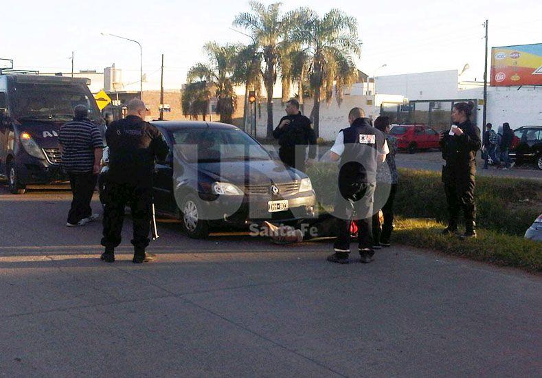 Fuerte choque en Aristóbulo del Valle terminó con un auto dentro del zanjón central