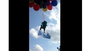 Voló atado a una silla con 100 globos de helio