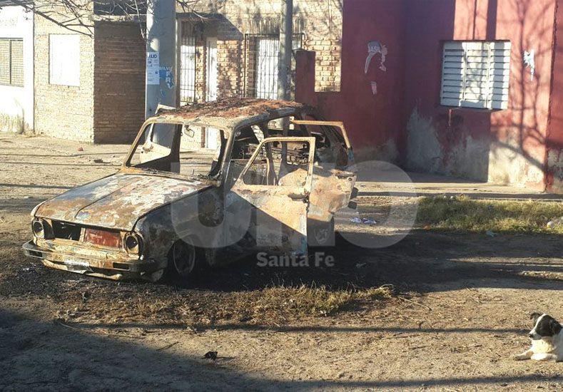 Incendiaron dos autos en el barrio Santa Rosa de Lima de Santa Fe