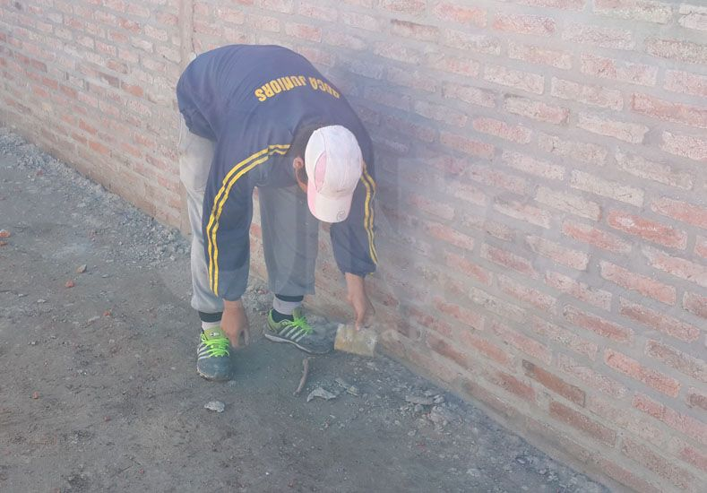 Hallaron restos óseos y apliques fúnebres en una obra en el barrio Santa Rita 2