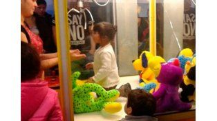 Nena indignada se mete en una máquina de peluches