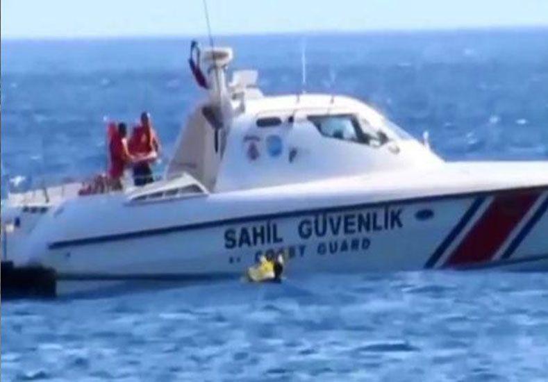 Olvidaron a su beba en el mar, apenas con un salvavidas, y la rescató la guardia costera