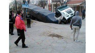 Un bache se tragó a un camión en San Luis